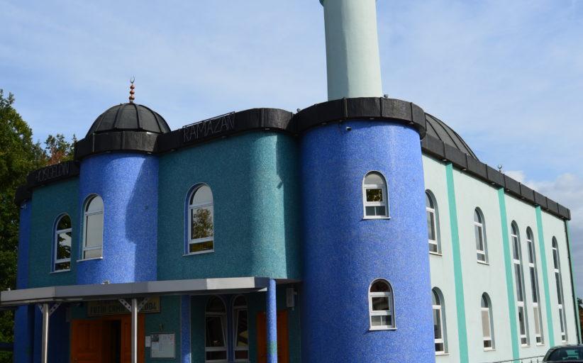 Rund 900 Gebetshäuser und islamische Begegnungsstätten luden heute deutschlandweit zu Führungen, Vorträgen und zum Essen ein.