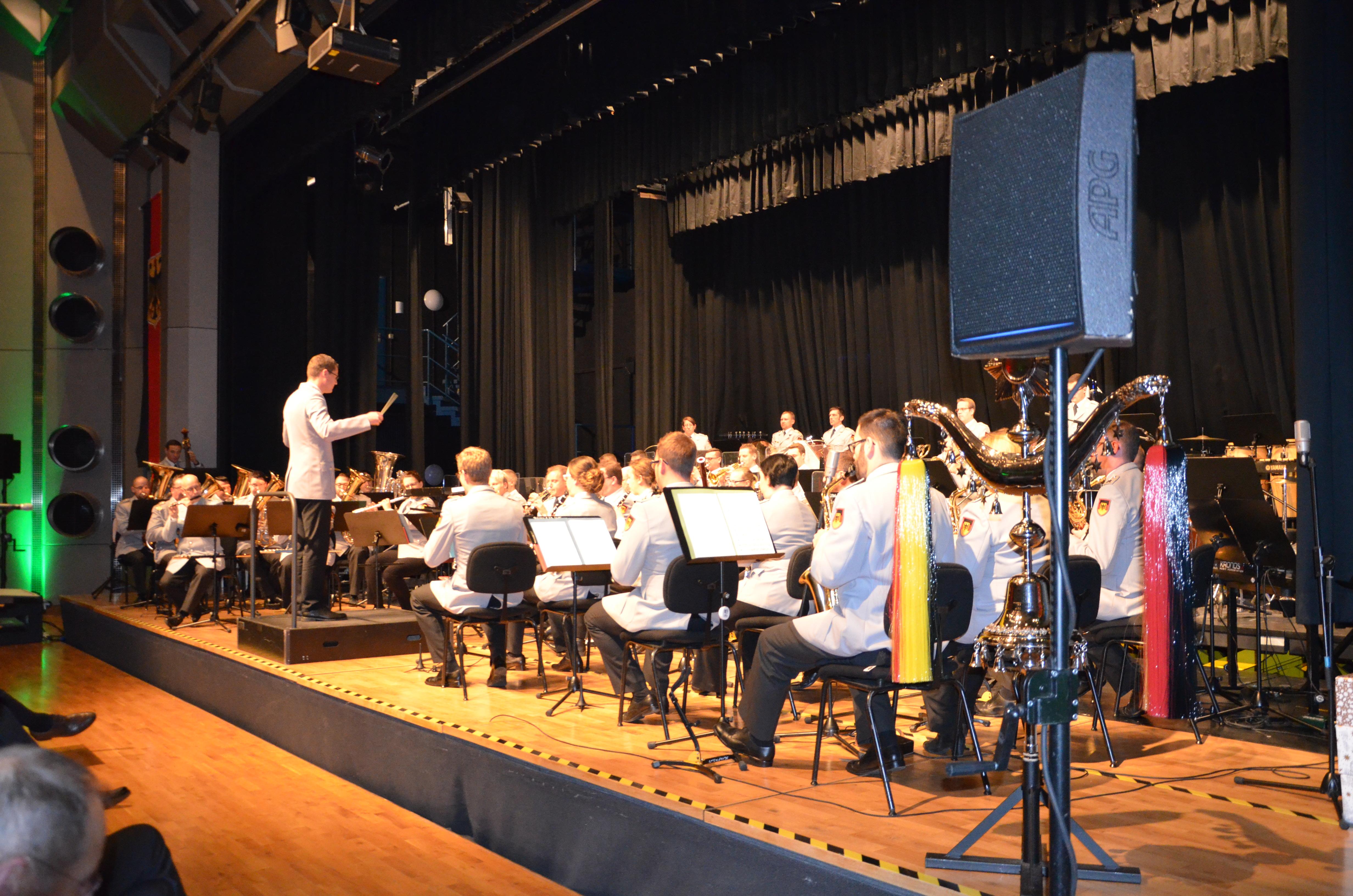 Das Heeresmusikkorps 2 aus Kassel begeisterte in der voll besetzten Stadthalle Stadtallendorf