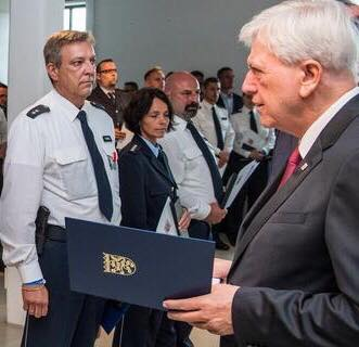 Stadtallendorfer vom Hessischen Ministerpräsidenten Volker Bouffier mit der Medaille für Zivilcourage ausgezeichnet
